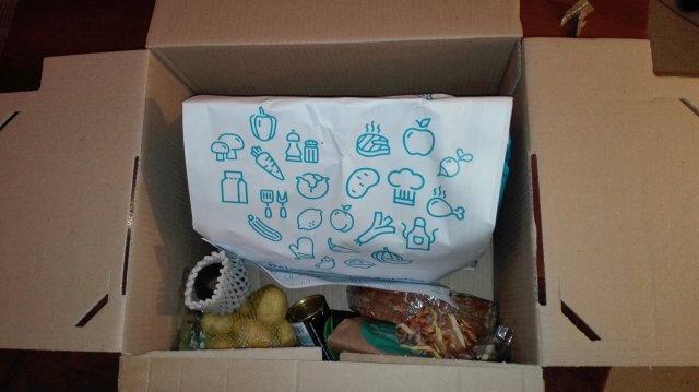 Geöffneter Versandkarton mit Lebensmitteln