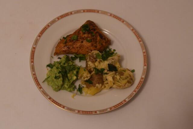 Teller mit Pute, Kartoffeln und Guacamole