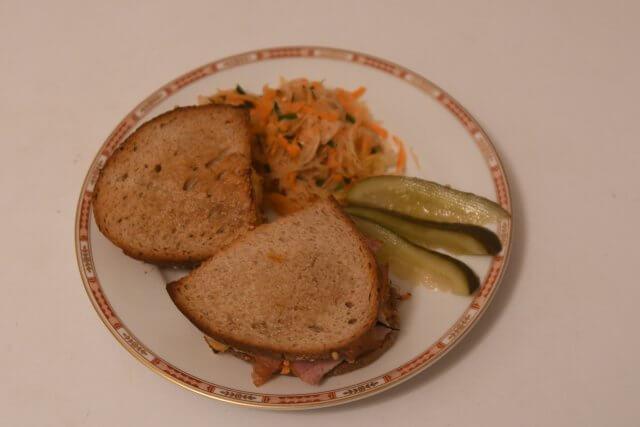 Teller mit Sandwichs und Beilagen