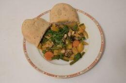 Teller mit Gericht Curry