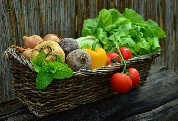 Verschiedene Gemüse und Salat in einem Korb