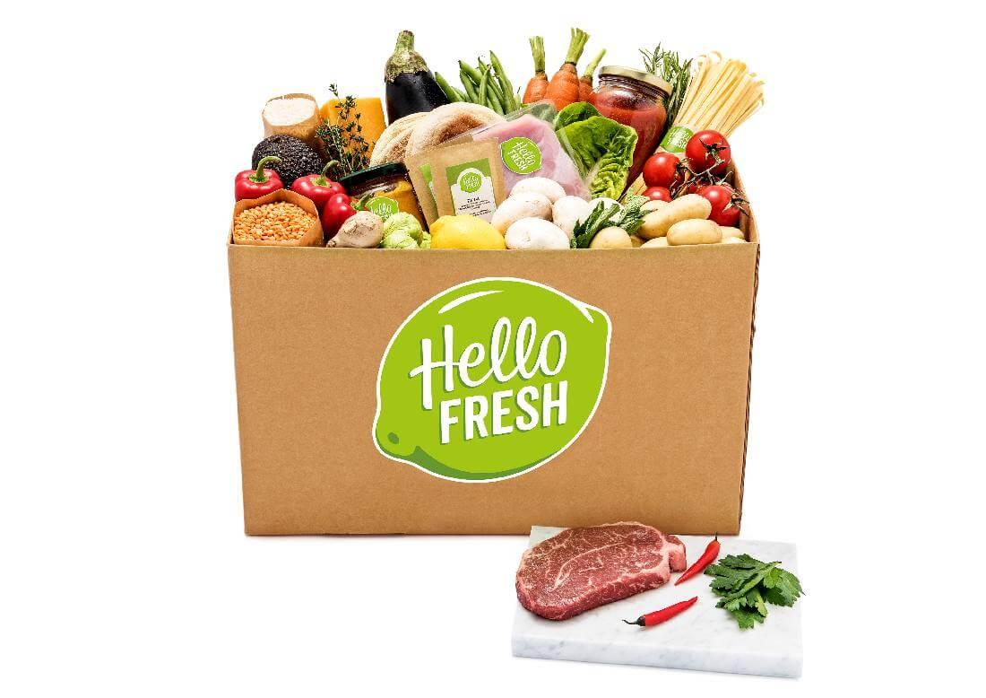 Ein Pappkarton mit Lebensmitteln